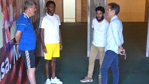 Aru Nkaka hablando con Óscar Fernández, Corona y su representante.