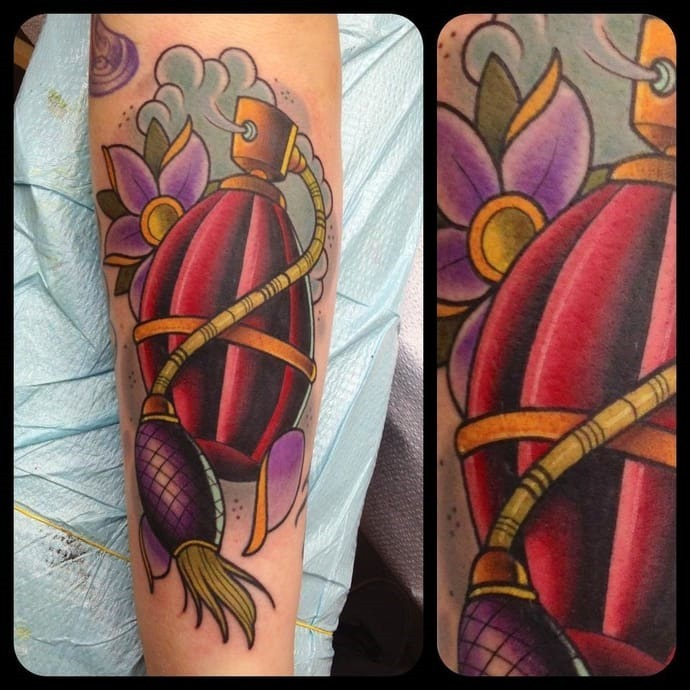 vermelho_clssico_perfume_perna_tatuagem