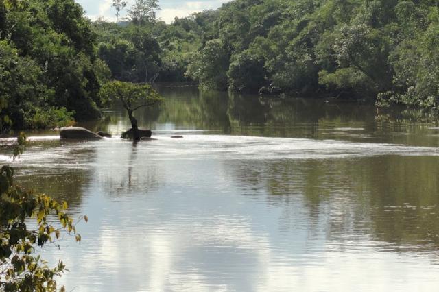 Le Rio Tapaiuna, affluent du Teles Pires. Nova Canaã do Norte, au nord-ouest de Colider (Mato Grosso, Brésil), mai 2011. Photo : Cidinha Rissi