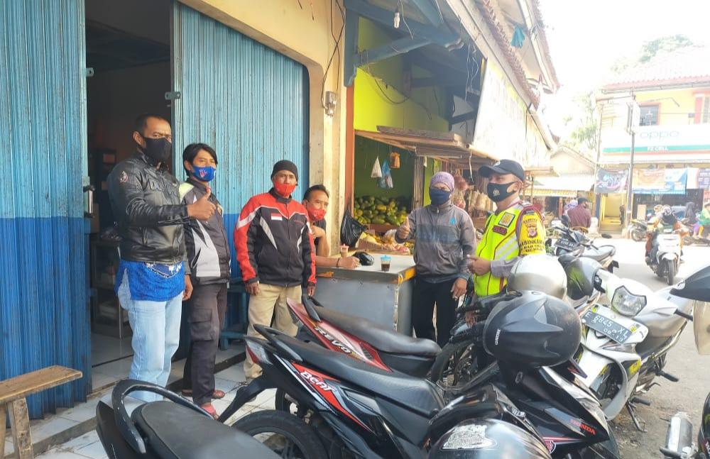 Bhabinkamtibmas Polsek Maja Polres Majalengka Polda Jabar Sosialisasikan 3M di Pasar Maja