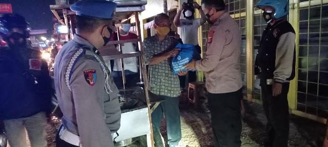 Kaget Dengan Kedatangan Polisi,Pedagang Kaki Lima Terharu Setelah Mendapatkan Paket Sembako Dari Kapolsek Cikampek.