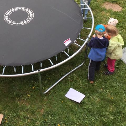 Kinder beim Trampolinaufbau