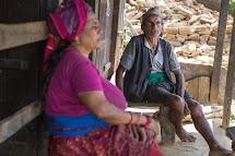 Šedesátiletá Dilumaya Dhital byla v době zemětřesení na pastvě s buvoly. Spadla ze stráně, ale vyvázla bez zranění. Když se vrátila domů, její dům už nestál a v jeho troskách zahynula její dvanáctiletá vnučka. S pomocí Člověka v tísni nyní s manželem budu