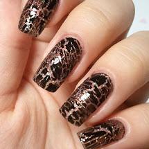 Esmalte preto craquelado sobre esmalte glitter dourado