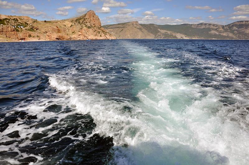 След катера на волнах