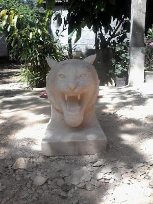Patung batu paras putih kepala harimau