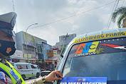 Sat lantas Polres Cirebon Kota Gencar Ops Yustisi Dengan Pemasang Stiker dalam Rangka PPKM