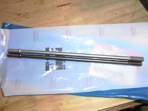 カブ100EX(上)とカブ50 JBH-AA04(下)のスタッドボルト