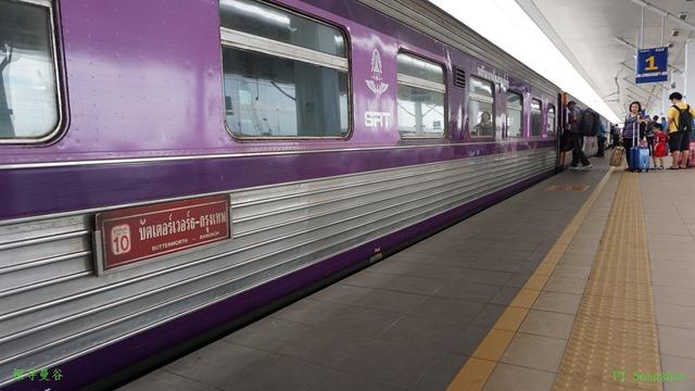 紫色的泰国火车厢