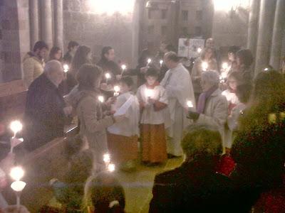 Reparto de las velas por el párroco auxiliado por los monaguillos