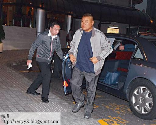 17/12大劉探囝 <br><br>傍晚 5時半,大劉到養和探甘比及龍 B。一臉緊張的他,未有回應記者提問。