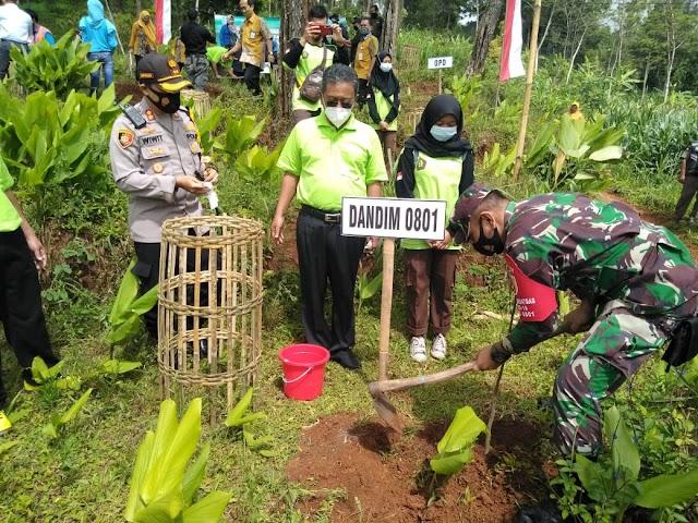 Kasdim 0801 Pacitan Hadiri Konservaai Sumber Air Dengan Penanaman Pohon Secara Simbolis.