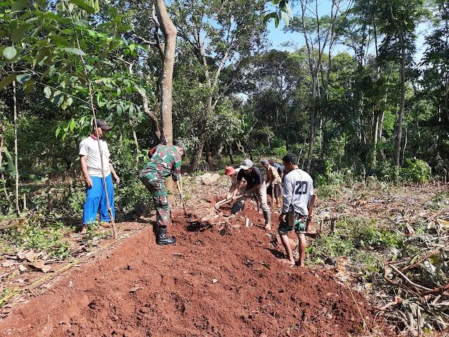 Wujud Kemanunggalan TNI, Babinsa Koramil 04/CPK Kodim 0619/Pwk Bantu Pembangunan Jalan Desa