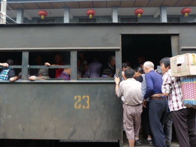 les passagers,eux s entassent debout.nombreux arrêts