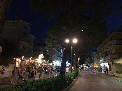 Samme gate om kvelden. Mye folk i gatene.