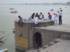 Photo: Odpočívající Indové a svatý muž.
