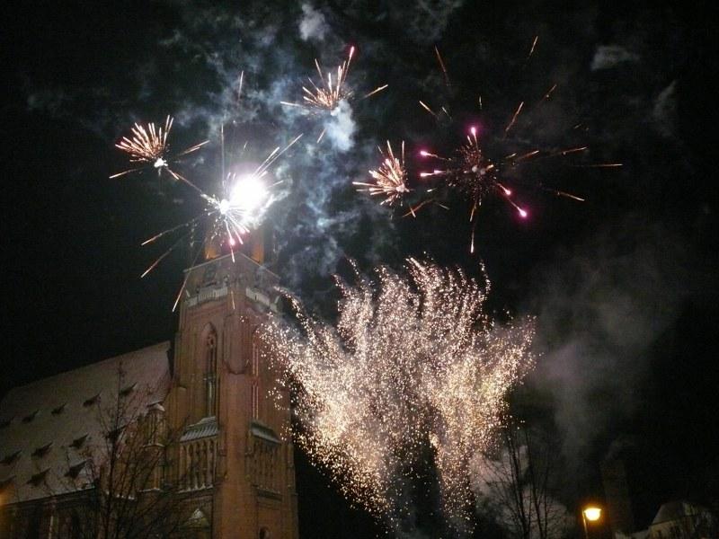 Feuerwerk über der Kirche von Chojna (Bild HJZ für gemeinde-tantow.de)