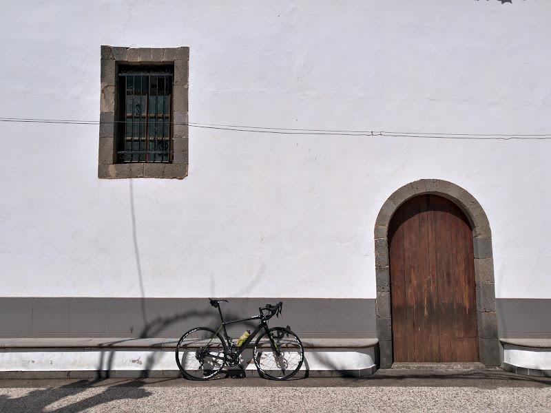 Fereastra, usa si bicicleta. Ar trebui sa spun ca bicicletele inchiriate de noi in GranCanaria s-au miscat absolut impecabil. Iar cu ocazia asta mi-am dat seama ca daunator pentru buzunar sa mergi ceva mai multa vreme pe o bicicleta mult mai buna ca a ta.