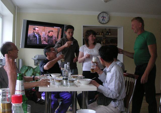 Au bar de l'hôtel à Dal'negorsk : quatre entomologistes japonais, Yuri Berezhnoi et un lépidoptériste russe, Vladimir Kartashov, avec la patronne ; 24 juillet 2010. Photo : J. Michel