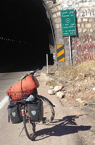 Vor Tunnel 11 - dem laengsten vor dem Dena-Massiv am Zagros-Hauptkamm