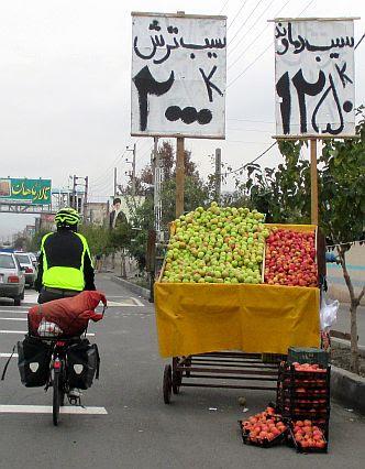Chris passiert Obstverkauf am Straßenrand bei Teheran, Iran