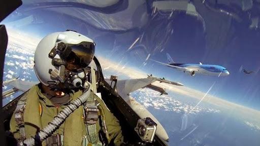 Phi công trong nhóm bay thử chiến cơ F16 của Lực lượng Không quân Hoàng gia Hà Lan chụp bức ảnh