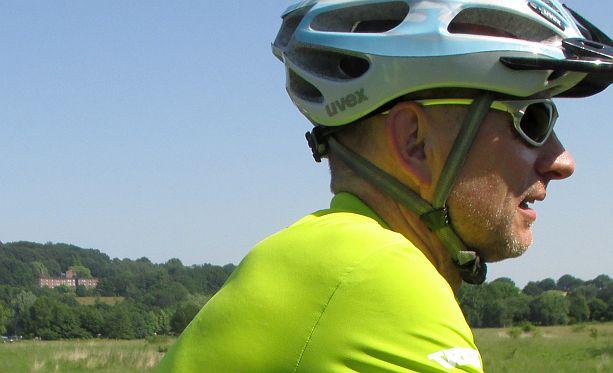 Chris on the Bike vor dem ehemaligen Bischöflichen Studienkolleg in Bochum am Kemnader See
