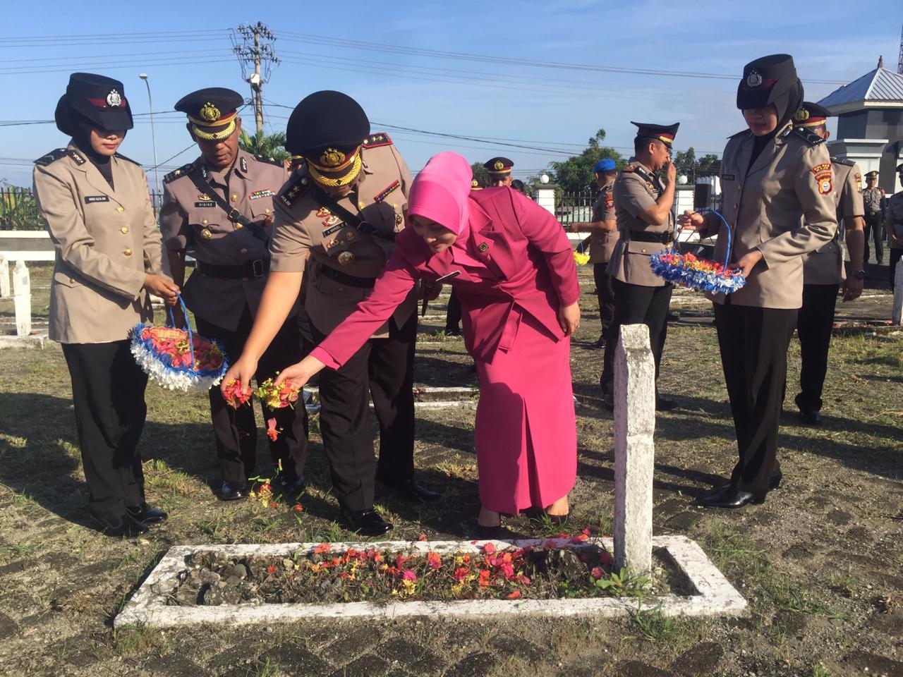 Sambut HUT Bhayangkara, Polres Wajo Ziarah ke Taman Makam Pahlawan Empagae