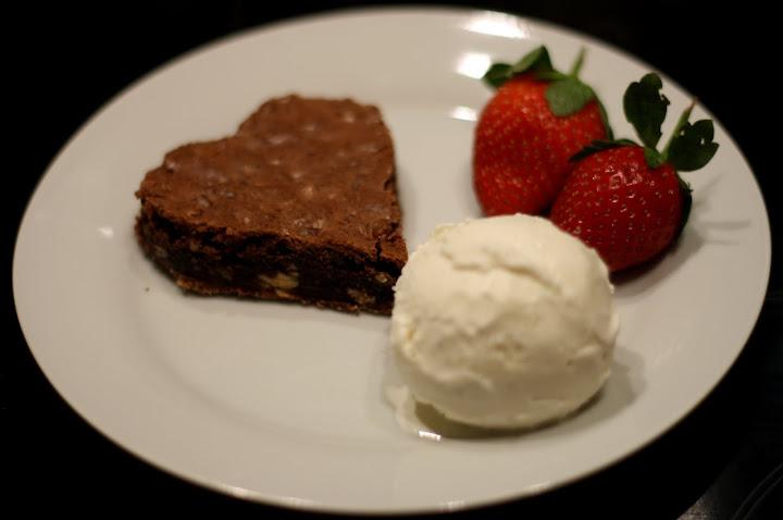 Dessert:Hjerteformet brownie med vaniljeis og friske jordbær