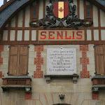 Gare de Senlis : plaque indiquant sa reconstruction