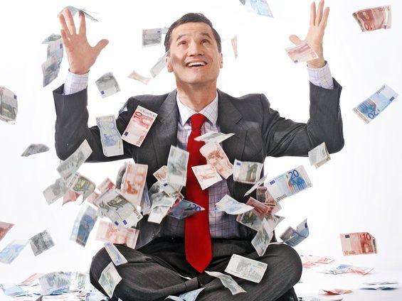 hombre-con-dinero-referidos