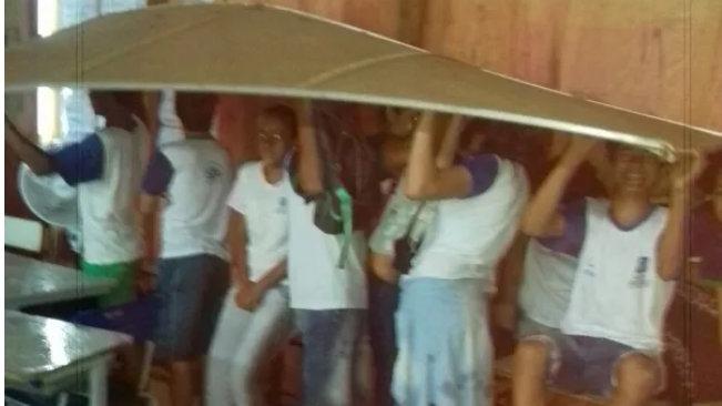 alunos tapume chuva