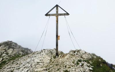 Gipfelkreuz Großer Daumen im Nebel Hinterstein Allgäu