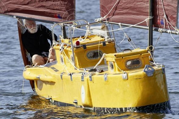 mini barco amarelo