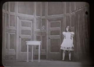 As Aventuras de Alice no País das Maravilhas, 1910 - Porta para o jardim