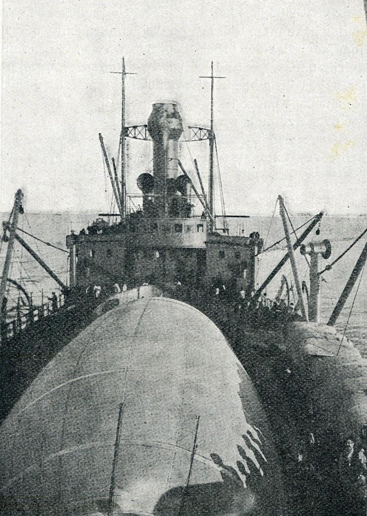 15- vista de la parte delantera del Dedalo. Se aprecia la cubierta del dirigible SCA y la especial forma de la chimenea del buque, debido al apagachispas. De la revista Ibérica. Num.434, de 1 de julio de 1922.jpg