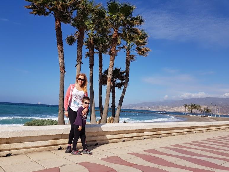 Bonito paisaje. Alicia y Mikel (5), en la Playa de El Palmeral.