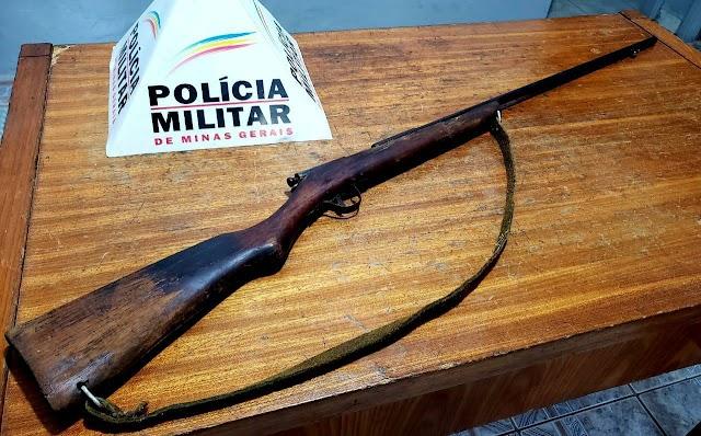 Após denúncia por tráfico de drogas Polícia Militar encontra arma de fogo abandonada em Divino