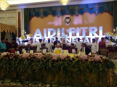 Sultan Muhammad V berangkat ke Majlis Ramah Mesra bersama dif-dif kenamaan utama, duta-duta asing, & kerabat di Istana Negara