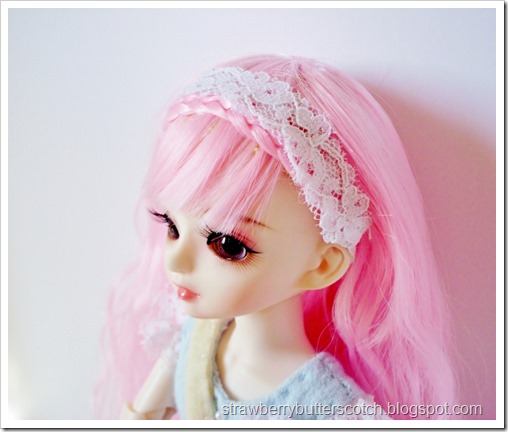 Pretty lace head band for a doll.