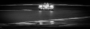 racewagen bij avond van voren in bocht