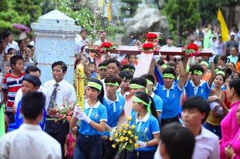 Giáo xứ La Vân đón Thánh Giá đại hội giới trẻ