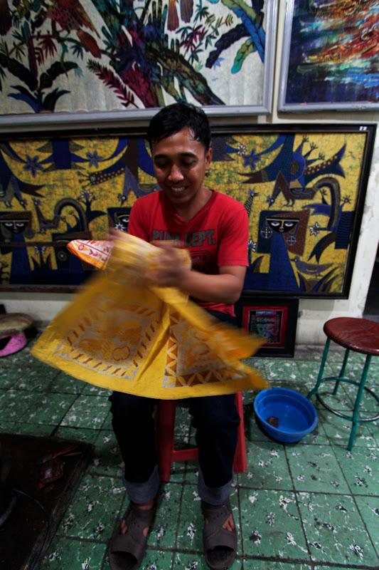 El chico que nos explicó la técnica del batik