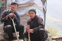 Biren Gurung a Kapil Gurung pracují na stavbě místní železnice v Keruji. Foto: Archiv Člověka v tísni