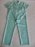Pijama de señora con bordados, abertura