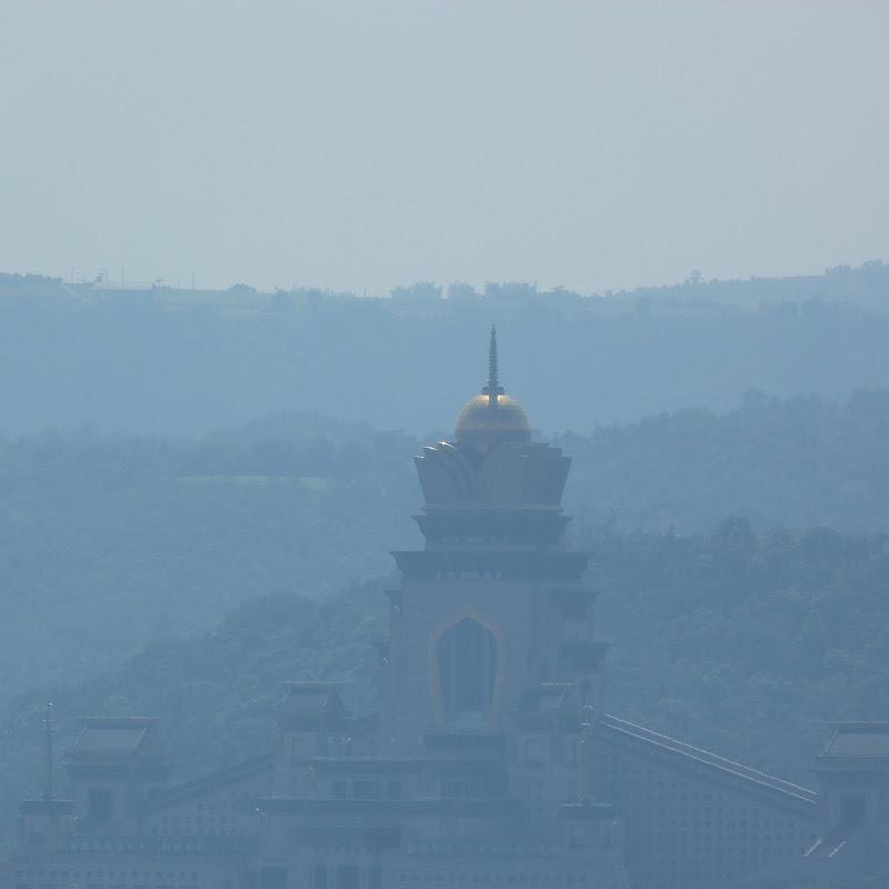 Le temple Chung tai chan, au loin
