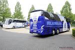 Genk trekt met bus naar de Heizel waar gezichten van fans op staan en zo ook dat van Thibaut Courtois