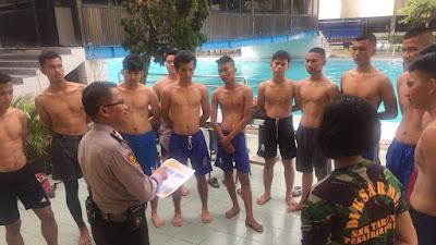 Siswa / i berprestasi binaan Polresta Pekanbaru laksanakan latihan berenang.