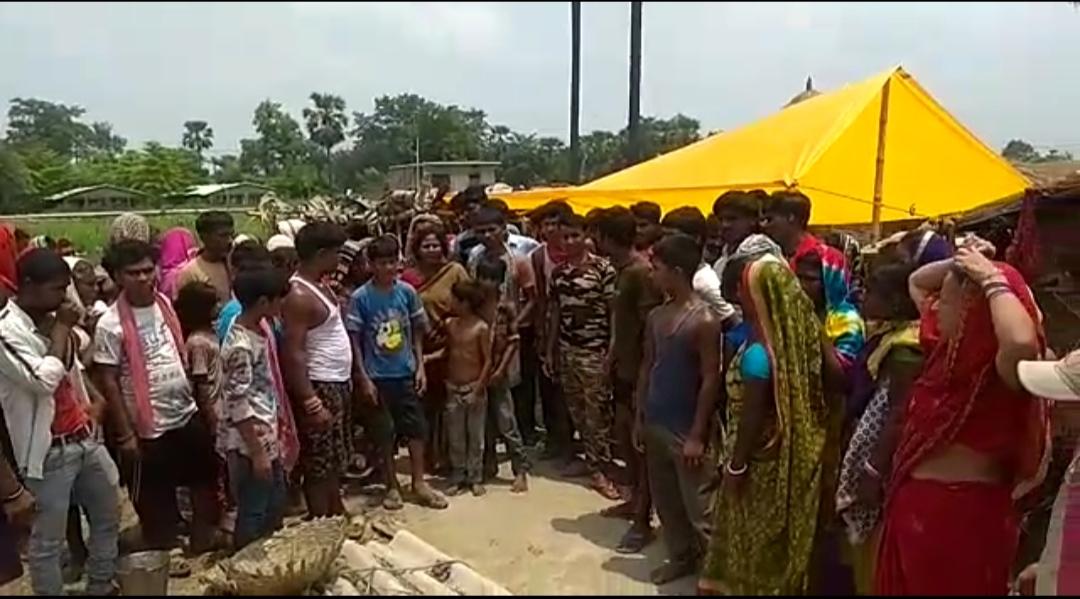 वैशाली जिले के वफ़ापुर शर्मा गांव में पंचायत के दौरान मारपीट में घायल व्यक्ति की मौत के बाद आक्रोशित लोगो ने जम कर बवाल काटा।