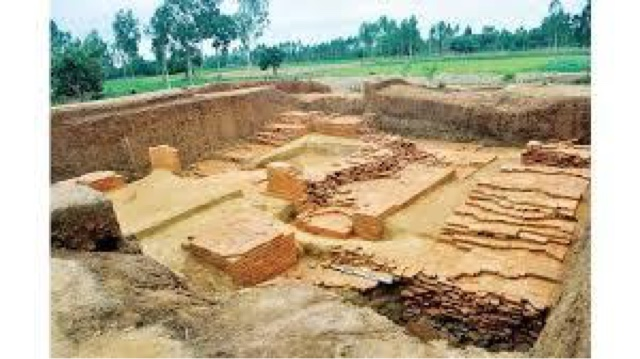 How does geographic location influence the burial customs of Hindus?